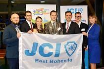 Členové pobočky JCI East Bohemia, včetně prezidenta pobočky Jana Šťáska (uprostřed) a celosvětového prezidenta JCI Ismaila Hasnedara (třetí zprava).