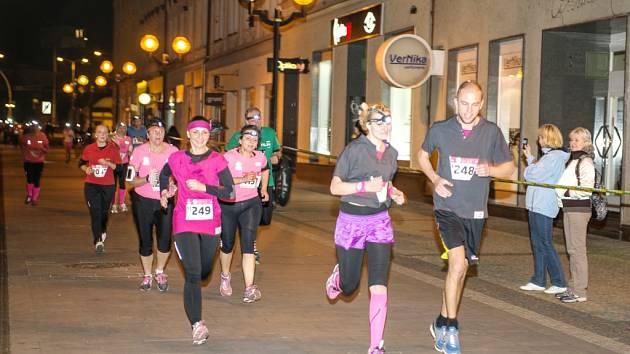 Noční AVON růžový běh v Hradci Králové.