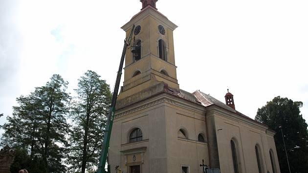 """Poslední přípravy a konečně nahoru. V polovině července se do Stěžer vrátily """"ukradené"""" zvony."""