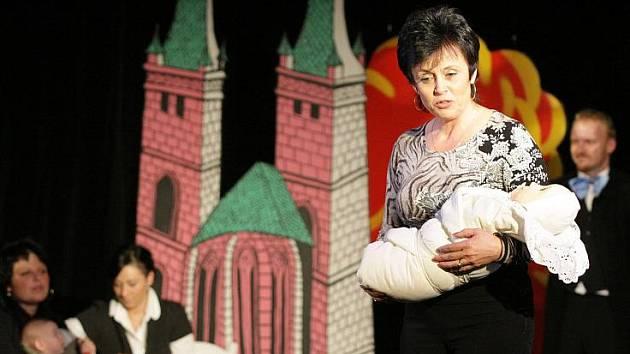 Minidivadelní představení provází slavnostní vítání občánků v hradeckém divadle Drak.