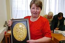 ANNA TŮMOVÁ z Teplic nad Metují, věnující se zpracování vlny, včera převzala na krajském úřadě Zlatý kolovrat.