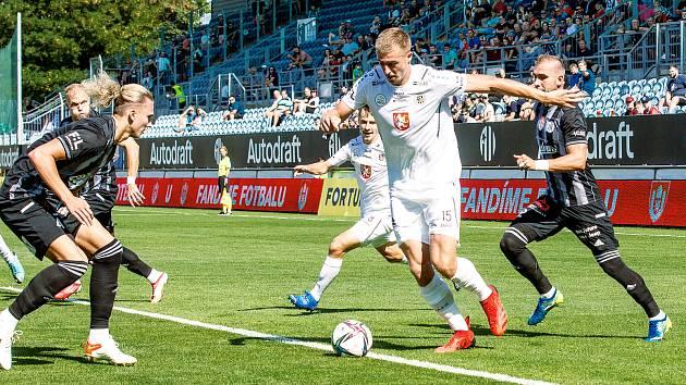 Daniel Vašulín (s míčem) se těší na velké derby s Pardubicemi, které zažije poprvé.