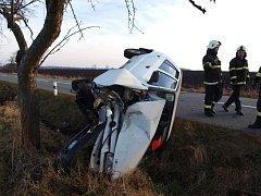 Havárie osobního automobilu mezi Novým Bydžovem a Skochovicemi.