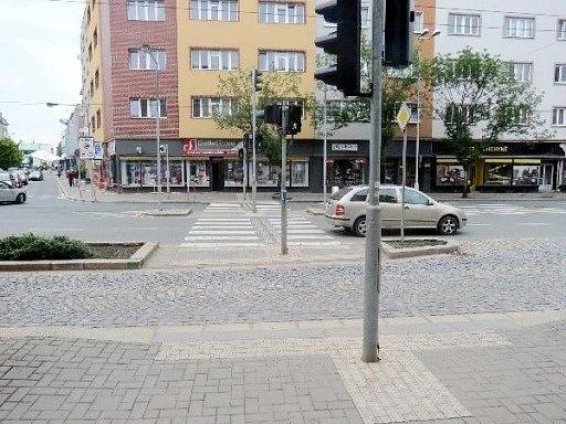 Místo střetu - křižovatka Gočárovy třídy a Břetislavovy ulice v Hradci Králové.