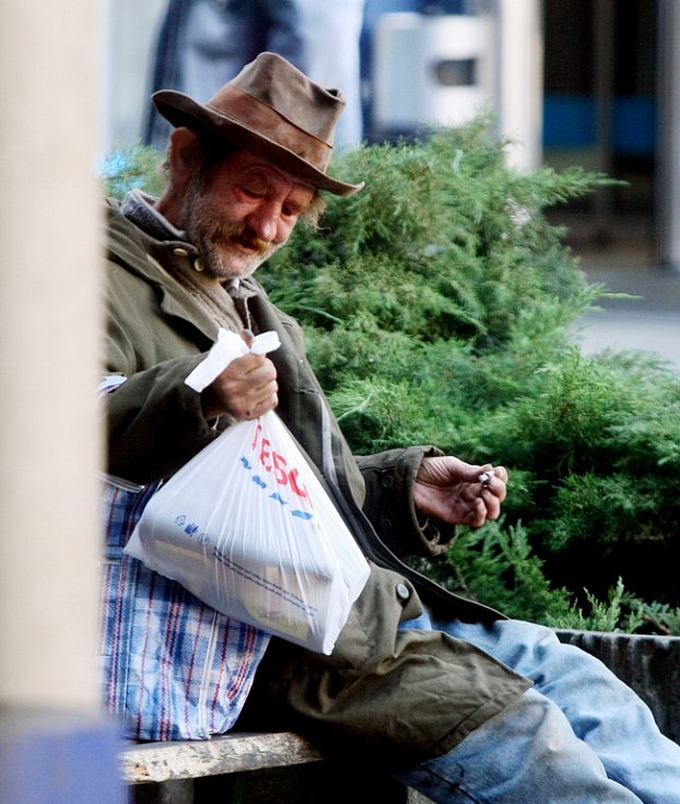 """Bezdomovec pije alkohol v """"prohibiční zóně"""" u hradeckého Teska"""
