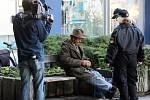 Bezdomovec pije alkohol v zóně prohibice