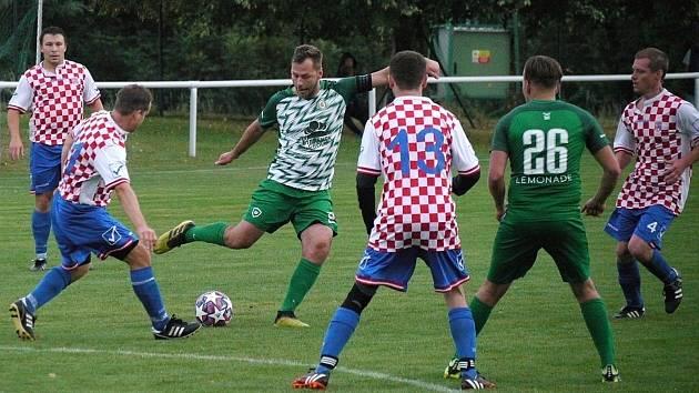 Ve III. třídě se hrál duel Neděliště vs. Olympia Hradec Králové (v zelenobílém).