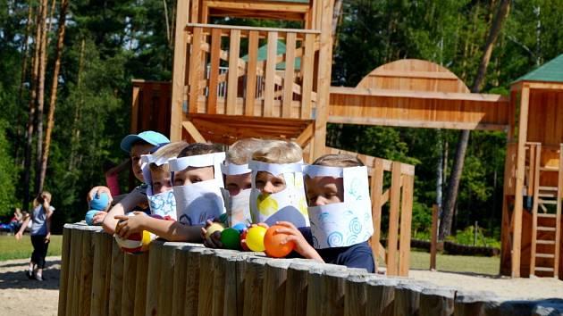 Děti z hradecké MŠ Štefcova v rytířském opevnění v městských lesích.