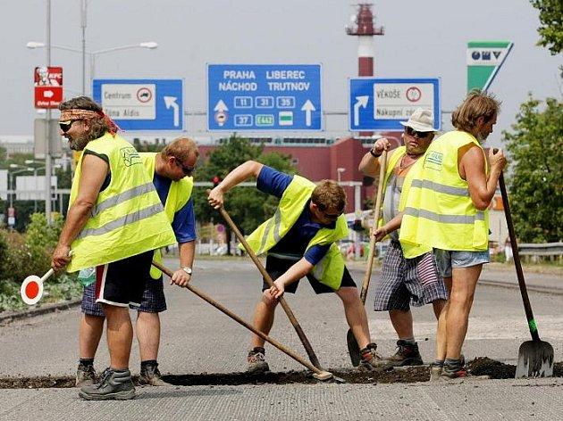 Oprava povrchu silnice v Pilnáčkově ulici na II. silničním okruhu Hradcem (13. července 2010).