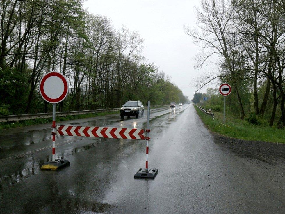 Zákazové značky a dopravní komplikace v Opatovicích nad Labem a okolí.