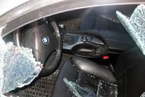 Rozbité sklo u dveří automobilu.