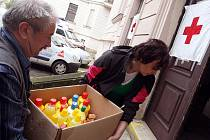 Stovku lehátek doplněných o lůžkoviny a další pomoc pro nouzové ubytování evakuovaných lidí poslal Červený kříž z Hradce Králové na povodní postižené Karvinsko.
