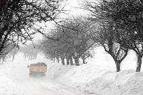 Sněhové jazyky a silný vítr komplikovaly dopravu 15. prosince mezi obcí Máslojedy a Neděliště na Hradecku.