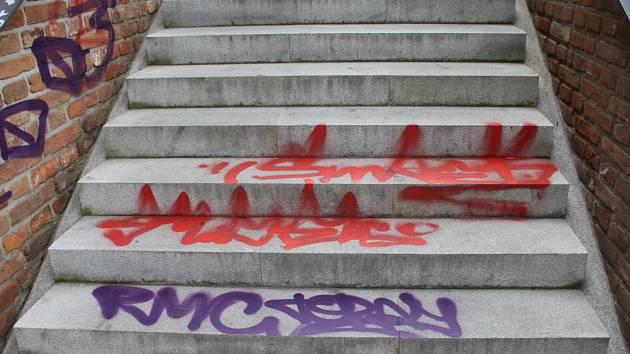 Sprejer poškodil v centru terasy, schody i lavičku.