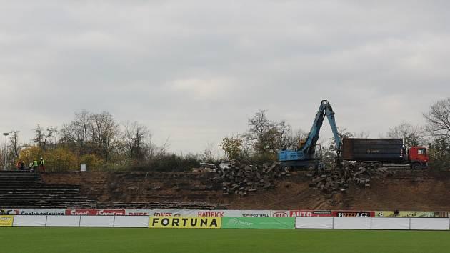 Boj o body sehrají hradečtí fotbalisté se stavebním ruchem za zády.