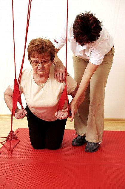 Závěsný systém pomáhající seniorům při udržování kondice.