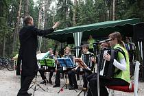 Akordeonový orchestr Safari při netradičním vystoupení v lese.