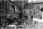 Osvobození Hradce Králové na historické fotografii.