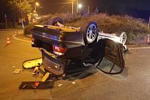 Havárie osobního automobilu na kruhovém objezdu v Novém Městě nad Cidlinou.