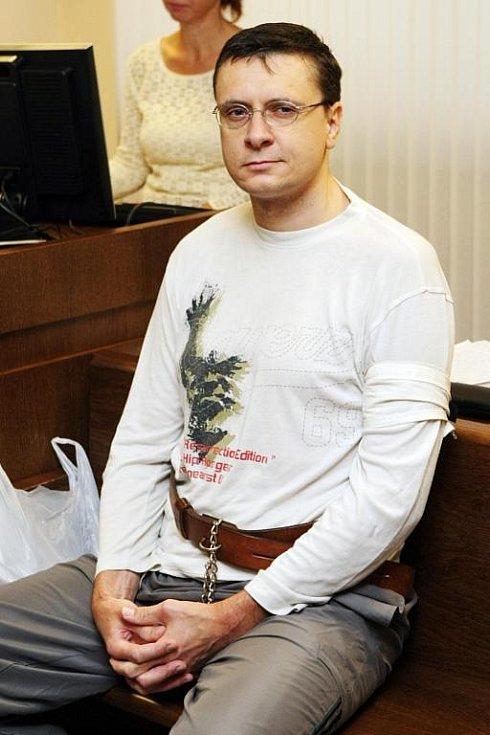 Jiří Cimbál byl v pondělí 15. září obžalován z vraždy u hradeckého krajského soudu.