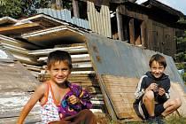 Na příslovečném okraji společnosti žije i zhruba padesátičlenná kolonie Romů ve Smiřicích.