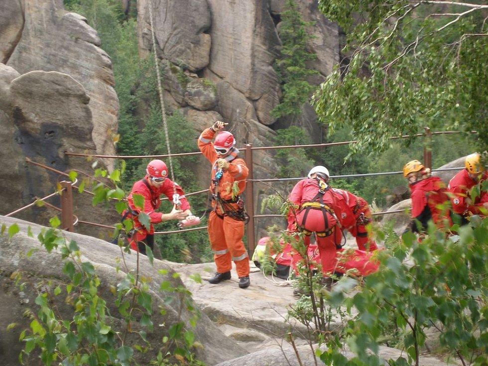 Výcvik lezců a leteckých záchranářů Hasičského záchranného sboru Královéhradeckého kraje v Broumovských skalách