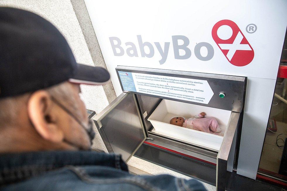 Modernizovaný Baby box byl instalován na záchranné službě v Hradci Králové. Představil ho i zakladatel babyboxu Ludvík Hess