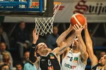 Hradečtí basketbalisté (v černém) ve středu padli v Ostravě.