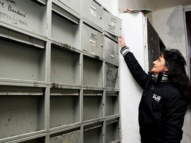 Vytrhaná dvířka poštovních schránek jsou první věc, které si návštěvník domu v Okružní ulici musí všimnout.