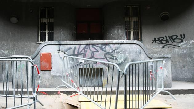 V době svého vzniku patřily činžáky v Okružní k těm výstavnějším. Hlavní vchod už nijak malebně nepůsobí.