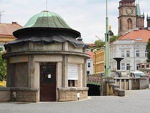 Dvě rotundy na Pražském mostě v Hradci Králové stále čekají na opravu.