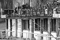 Demolice dřevěné tribuny na starém hřišti u nemocnice.