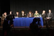 Starostové měst a obcí, které mají potíže se sociálně nepřizpůsobivými občany na tiskové konferenci v Novém Bydžově.