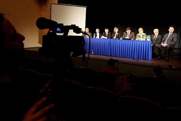 Starostové měst a obcí, kteří mají potíže se sociálně nepřizpůsobivými občany, na tiskové konferenci v Novém Bydžově.