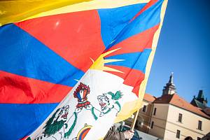Vlajka pro Tibet na Pivovarském náměstí v Hradci Králové.