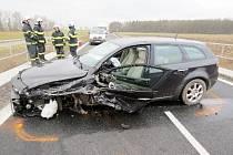 Dopravní nehoda dvou osobních automobilů mezi Slatinou a Černilovem.