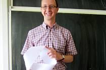 Zdeněk Dušek drží v ruce tzv. Möbiovu pásku, což je útvar, který má pouze jednu stranu.