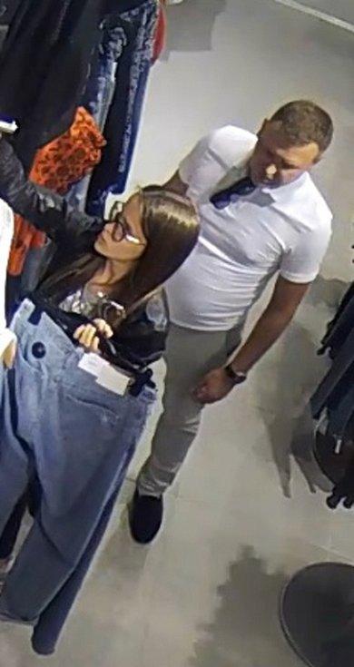Pátrání po totožnosti ženy a muže - pár je podezřelý z krádeže oblečení.
