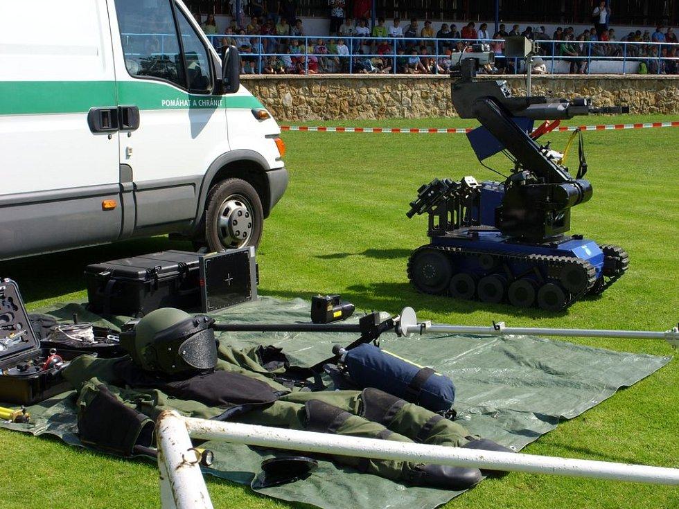 Pyrotechnický robot a ochranný oblek.