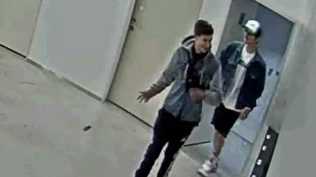Hledají se dva svědkové řádění neznámého sprejera.