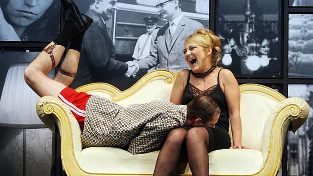 Klicperovo divadlo uvedlo adaptaci slavného filmu Světáci, režisérem je Vladimír Morávek.