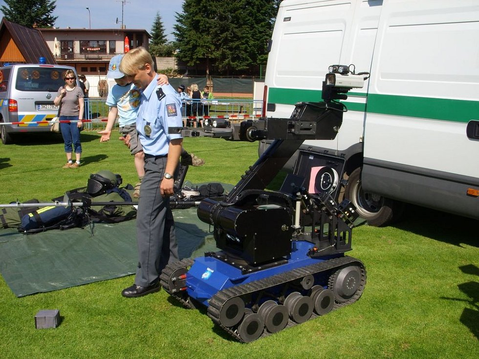 Ukázka pyrotechnického robota a ochranného obleku.