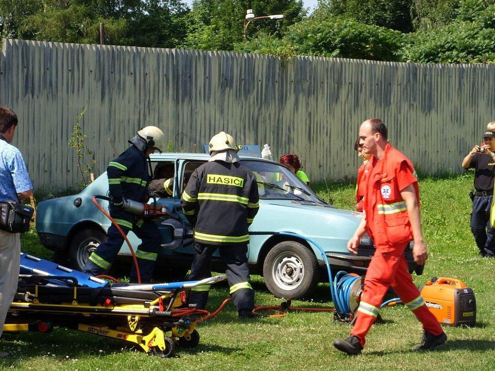 Zásah hasičů a záchranářů při simulované dopravní nehodě