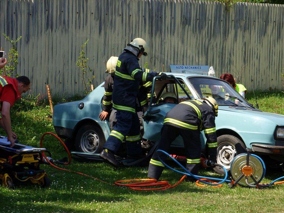 Zásah záchranářů a hasičů při simulované DN.