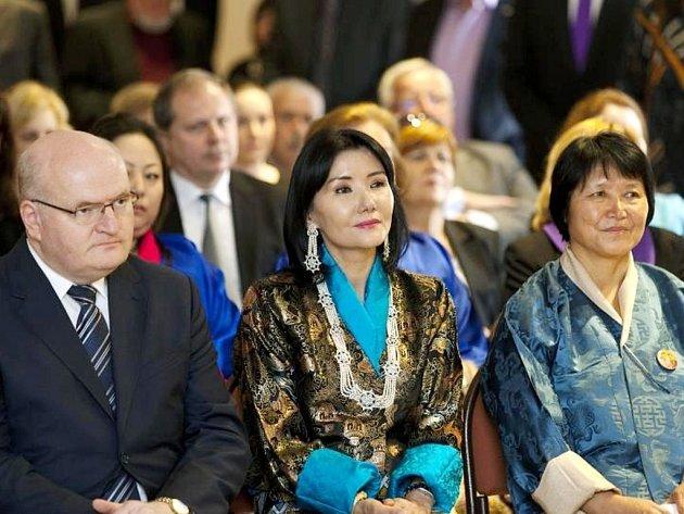 Královna matka z Bhútánu (uprostřed) zavítala do České republiky. Významné návštěvě zazpíval sbor Boni pueri.