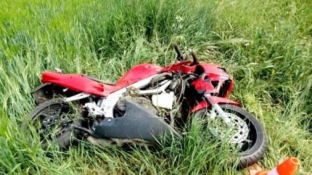 Střet automobilu s motocyklem poblíž Nového Města nad Cidlinou.