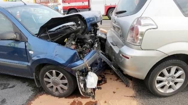 Srážka dvou osobních automobilů před kruhovým objezdem u ČKD v Hradci Králové.