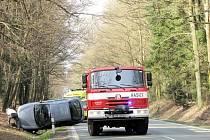 Střet osobního vozidla a kance v lesním úseku silnice z Hradce Králové směrem na Býšť.