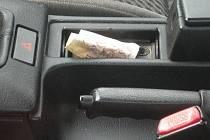 Řidiči lákají zloděje, nechávají v autech i peníze.