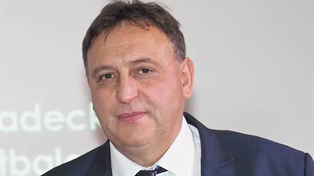 ZKLIDNIT VÁŠNĚ. Staronový předseda Královéhradeckého KFS Václav Andrejs chce fotbalové hnutí spojovat.